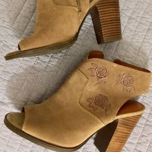 Lucky Brand embroidered open toe shoe taupe NWOT